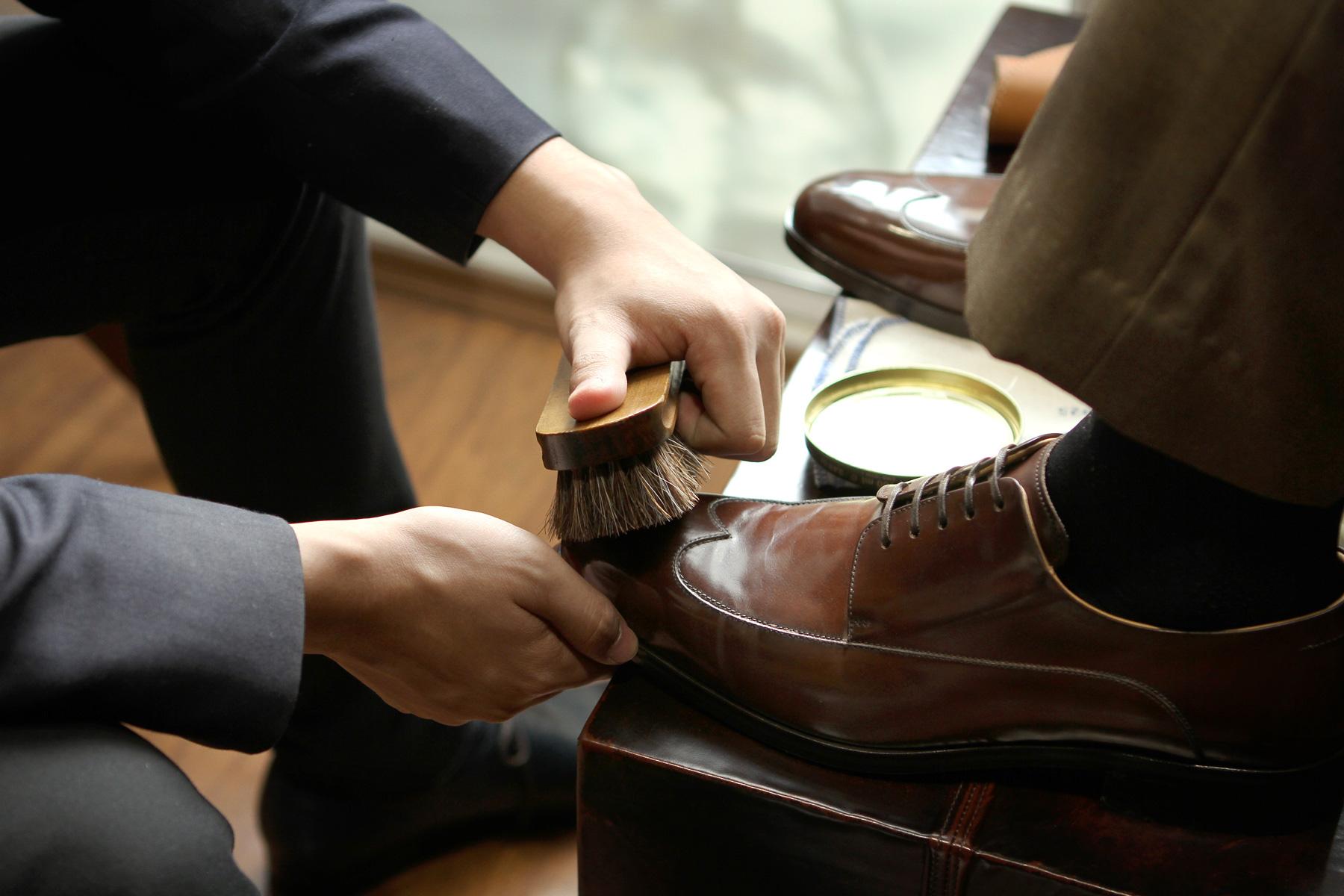 image of man shining shoes