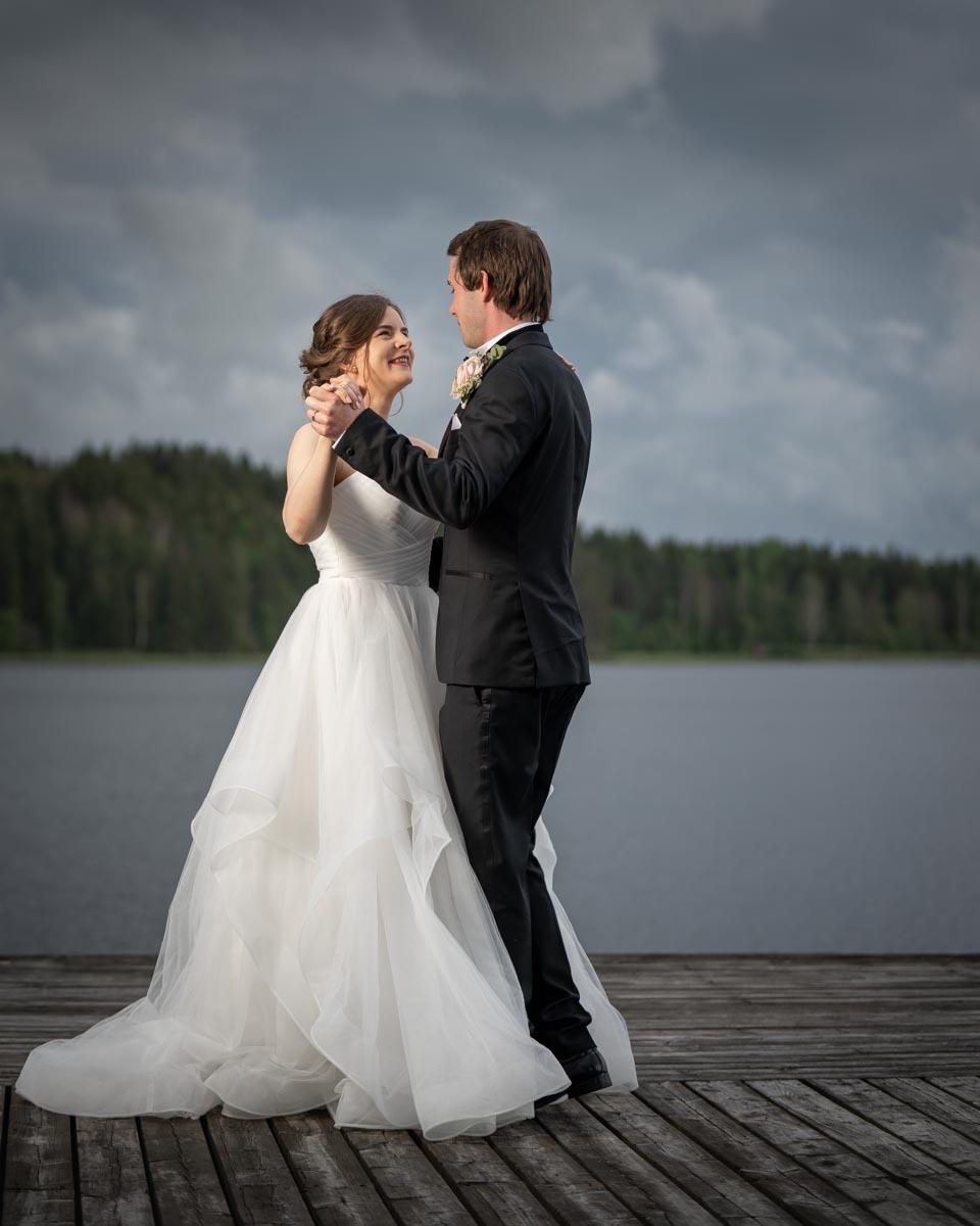 Bröllopspar dansar på bryggan Skutboudden Brunskog