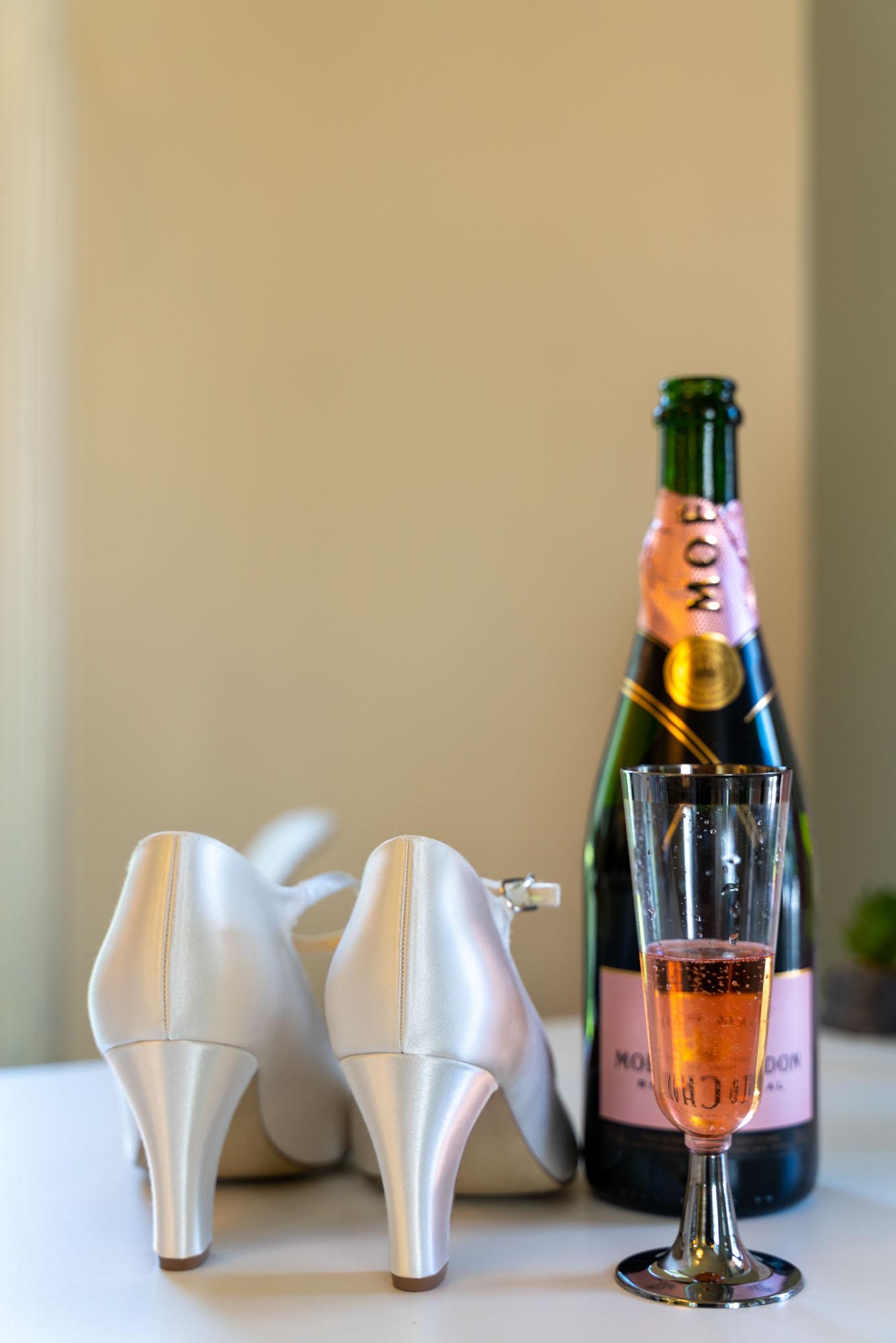 brudens skor och champagneflaska