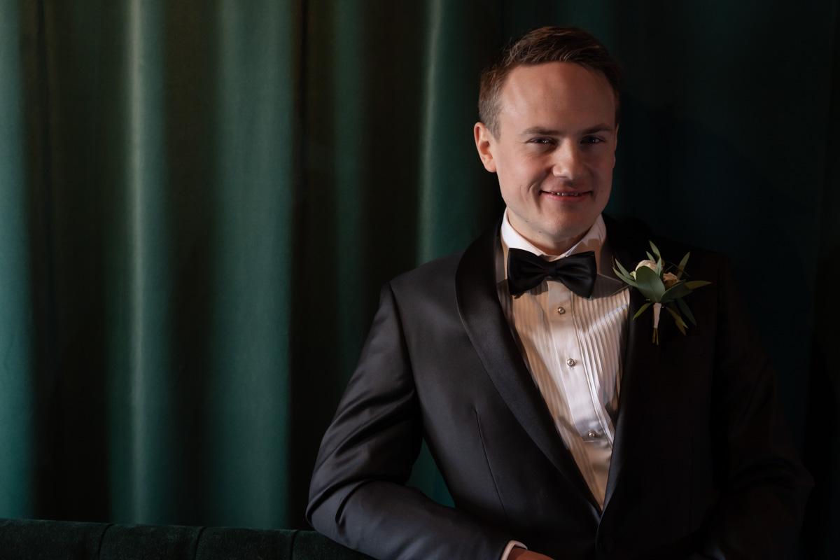 Porträtt av brudgum på Hotell Scandic Arvika