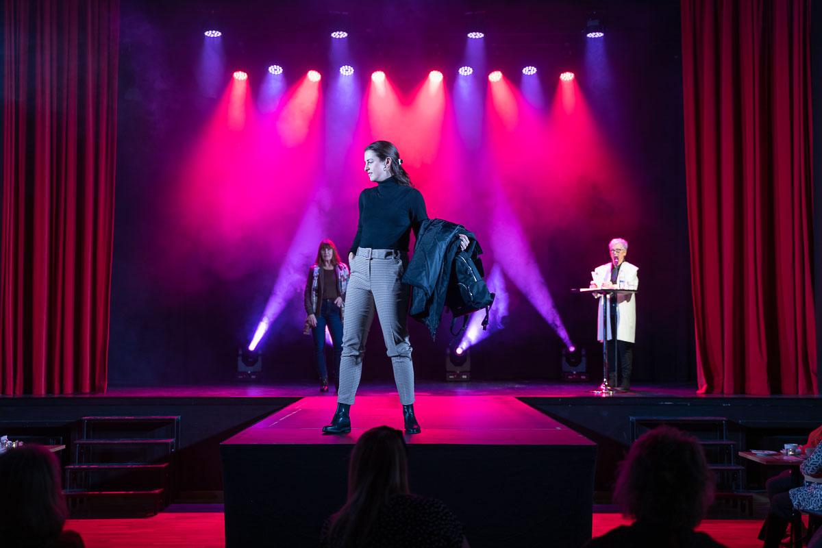 Kvinnlig modell visar klädkollektion på Ritz Arvika