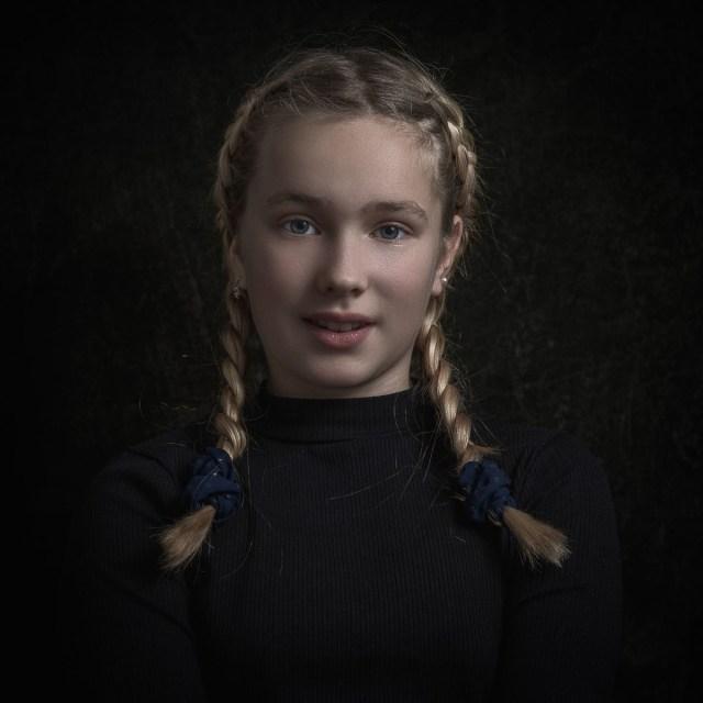 porträtt av flicka med flätor i studion i Arvika
