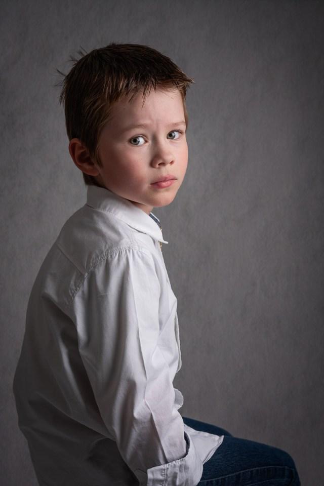 bild av pojke som sitter på en stol i studion