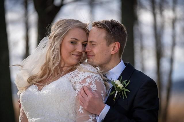 Bröllopspar kramas på Viksholmen i Arvika