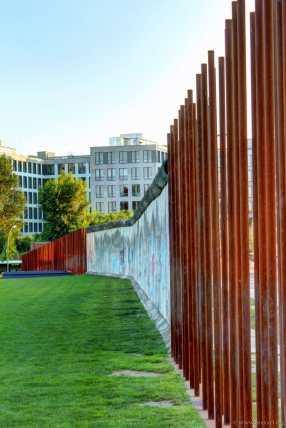 Blick an der angedeutenden Mauer entlang