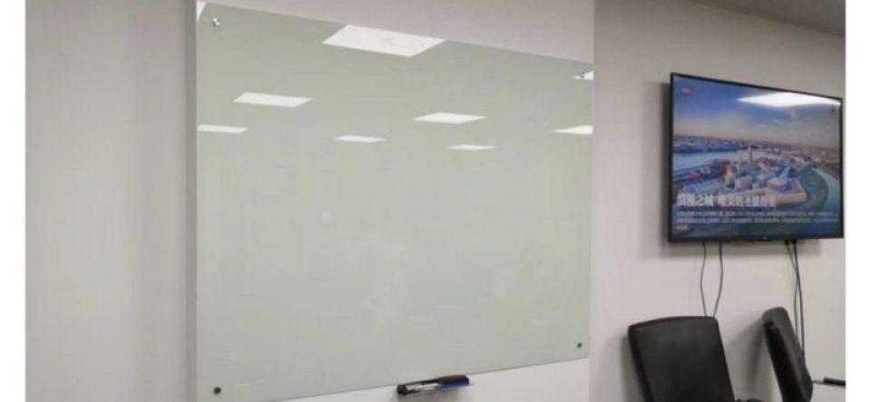 pizarra en vidrio templado en oficinas del F.M.I