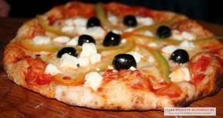 griechische Pizza frisch aus dem Ofen