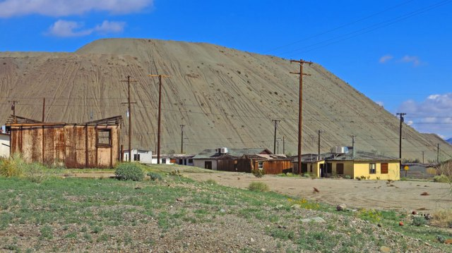 Henri and Robert and I took a day trip to visit the abandoned mining town of Eagle Mountain. Until the mine closed, iron ore was taken by train from here to the Kaiser Steel Mills in Fontana for processing. Mine tailings tower over the town.