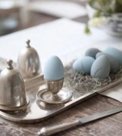 Blá egg og silfurborðbúnaður