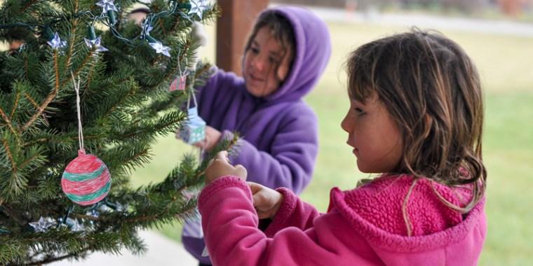 kids decorating christmas tree_blog_6