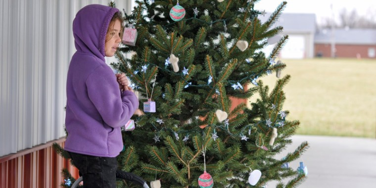 kids decorating christmas tree_blog_8