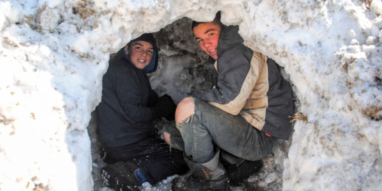 emery and greyden making snow fort_blog_4