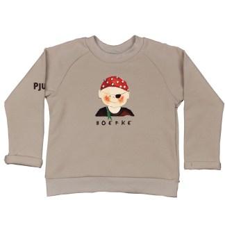 Sweater met piraatje voor kleine kinderen. Gemaakt van biologische katoen in een basic camel kleur. De illustratie is van Inge Adema van atelier Pjut in Leeuwarden.