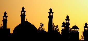 (Bahasa Indonesia) Hukum Shalat di Masjid yang ada Kuburannya