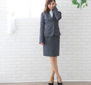 スタイルの良いリクルートスーツの美女