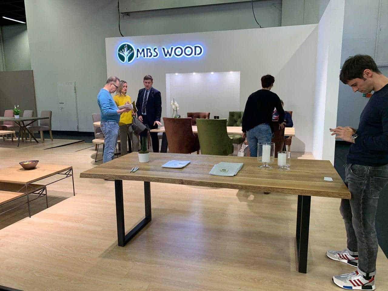 Drewniane stoły wystawowe do mebli