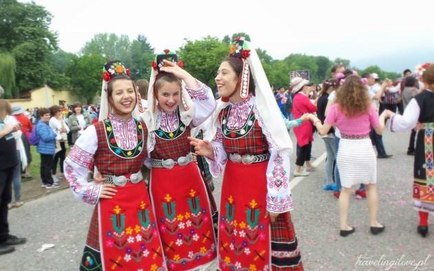 Dziewczęta w tradycyjnych strojach. Festiwal Róż w Bułgarii 2017