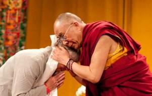 Paula de Wijs wordt bedankt door His Holiness tijdens zijn bezoek in 2009 Foto: Martijn de Vries