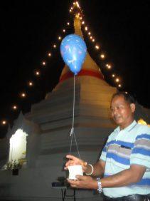 Man stuurt goede wens op. Foto Arjan Schrier. Wat Prahat Doi Kham Mu, Thailand.