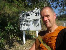 Thailand, Arjan op weg looptocht, bord afstand, foto Arjan Schrier