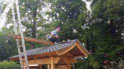 Zeshin Bemmel op dak nieuw poortgebouw entree tempel augustus 2017