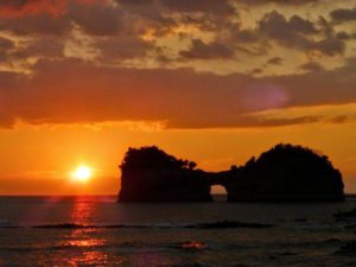 夕日円月島