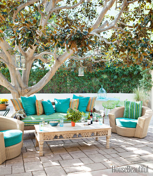 outdoor-vintage-sofa-and-coffee-table