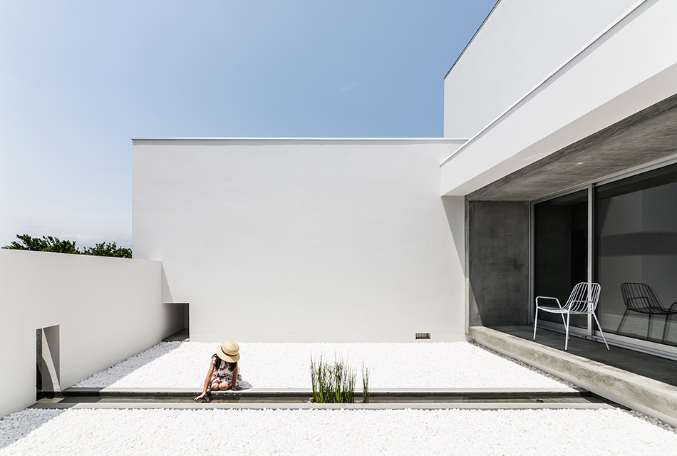 Minimalist Japanese House Built Around A Zen Garden By Kouichi