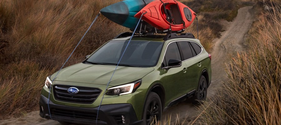 Subaru Outback 2020 con una casa de campaña