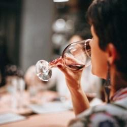 Femme qui boit du vin