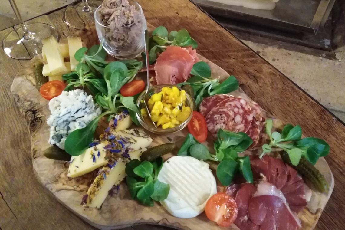 Planche moyenne de fromages et de charcuteries