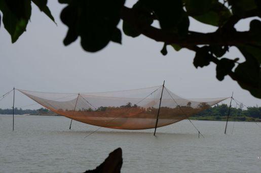 Enorme red de pesca sobre el río - Hoi An