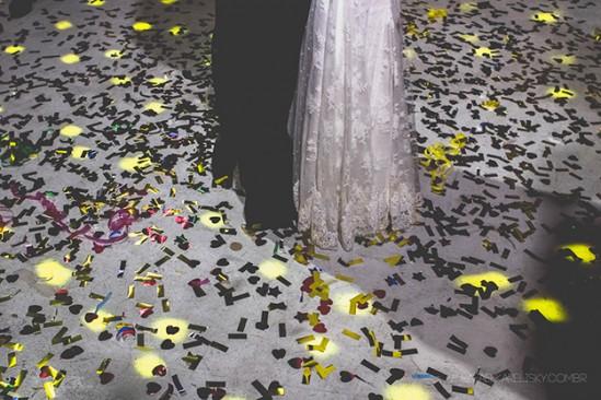 Festa de casamento: papéis no chão e noivos dançando. Foto: Rafael Karelisky.