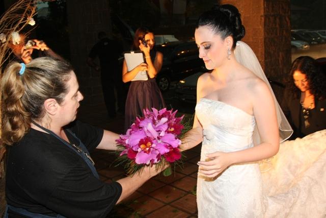 Casamento: foto da chegada da noiva na igreja. Catedral Anglicana de São Paulo - Buquê Flora Garden.