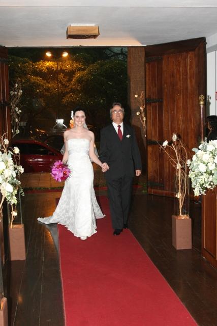 Casamento - foto da entrada da noiva e do pai da noiva na igreja - Catedral Anglicana de São Paulo - Cíntia e Cauê