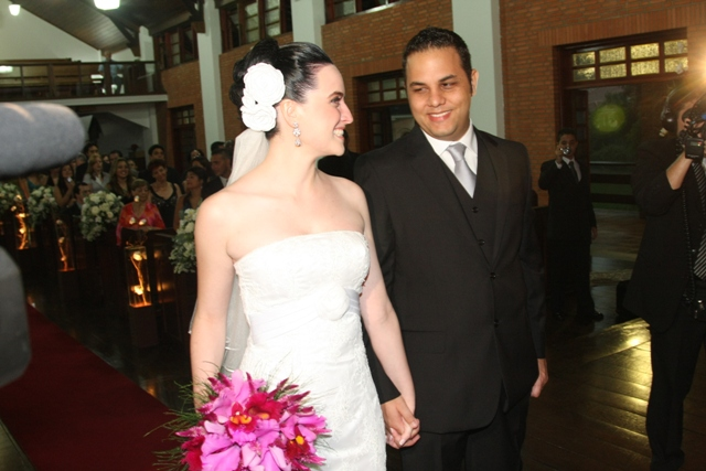 Casamento - cerimônia - noiva e noivo se encontram no altar