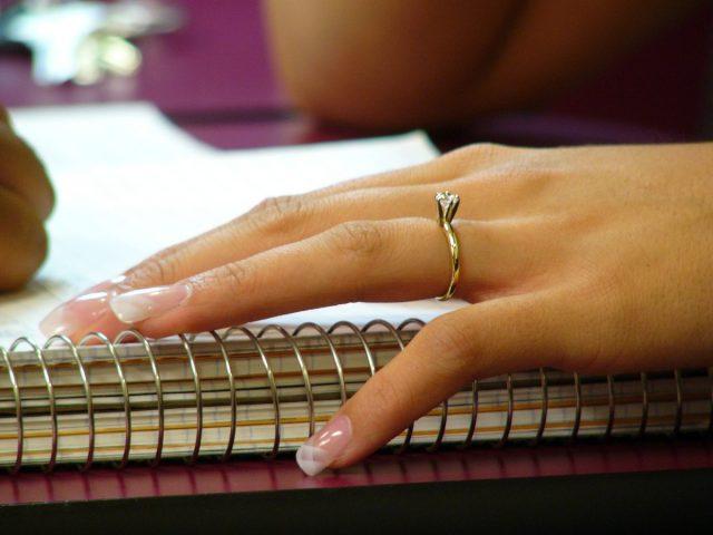 Anel de noivado (solitário) e unhas decoradas em noiva.
