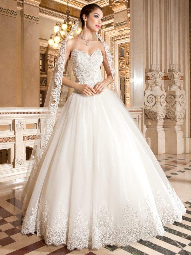 Vestido de noiva tomara-que-caia com decote coração e saia volumosa. Da Tutti Sposa.
