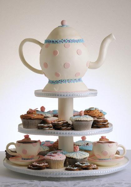 Bolo inspirado no chá de Alice no País das Maravilhas, feito por Fabíola Toschi.