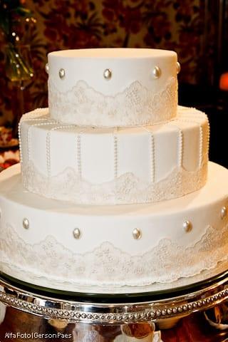 Bolo de casamento branco do buffet Chamonix. Foto: Alfa Foto