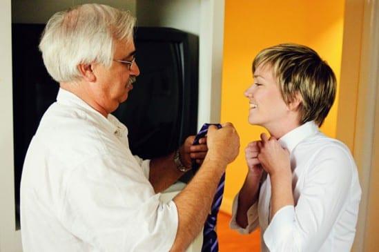 Casamento gay: pai arruma gravata da noiva lésbica