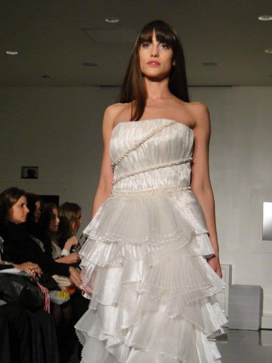 Vestido de noiva moderno e fashion em camadas, de Glória Coelho