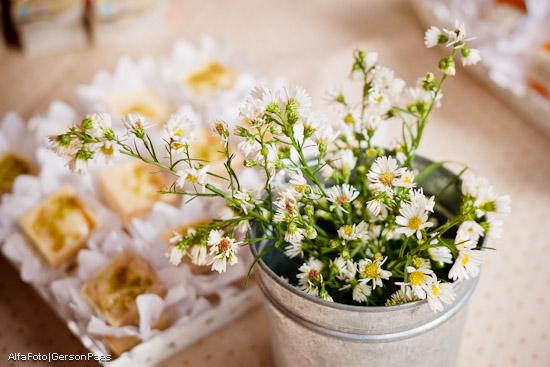 Decoração para casamento de dia: flores do campo em regador. Abba Flowers para II Ciclo de Oficinas de Casamento