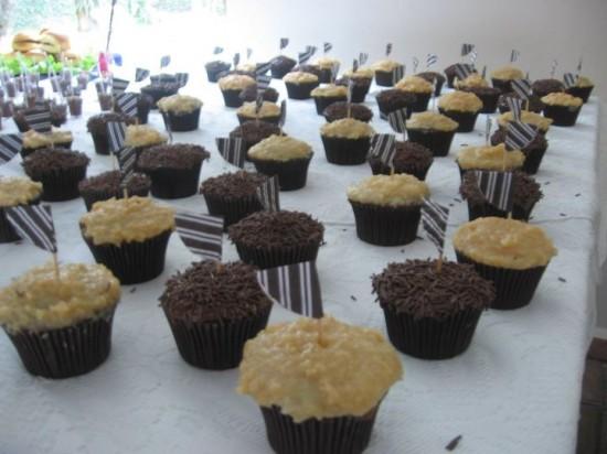Cupcakes de chocolate e coco em chá bar de casamento