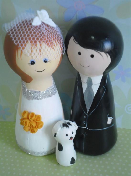 Casamento: noivinhos de topo de bolo em madeira, feitos po Nilde Lima