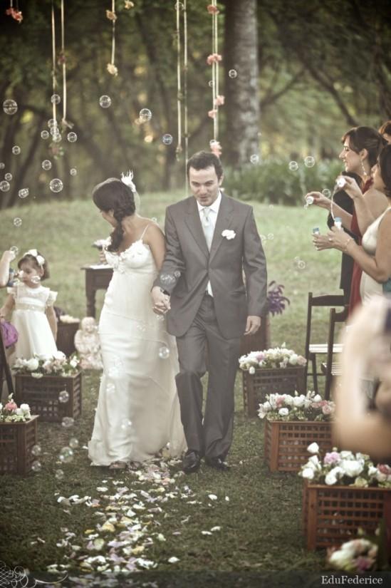 Bolinhas de sabão em casamento. Foto: Edu Federice.