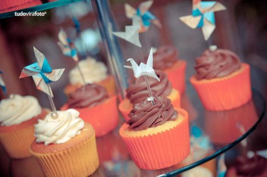 Cupcakes de casamento em amarelo, laranja e azul, com origami. Foto: Tudo Vira Foto.