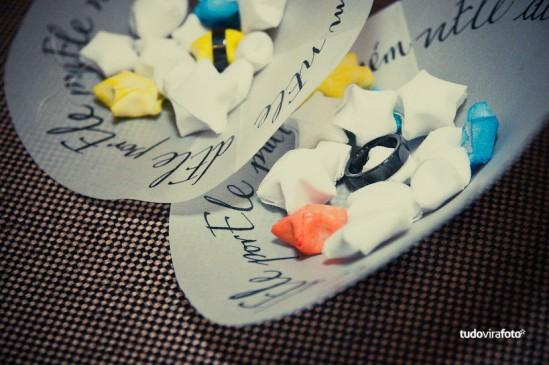 Casamento: Porta aliança de papel vegetal com estrelinhas de origami. Foto: Tudo Vira Foto.