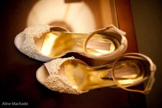 Sapato de noiva com pérolas da Carol Hungria. Foto: Fabricia Soares.
