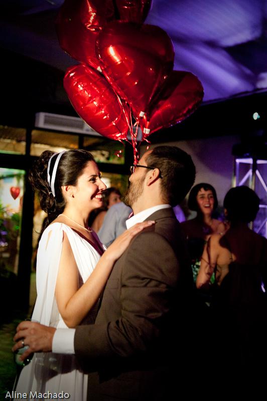 Balões vermelhos de gás em forma de coração em casamento de Marcelo e Tamara. Foto: Aline Machado.
